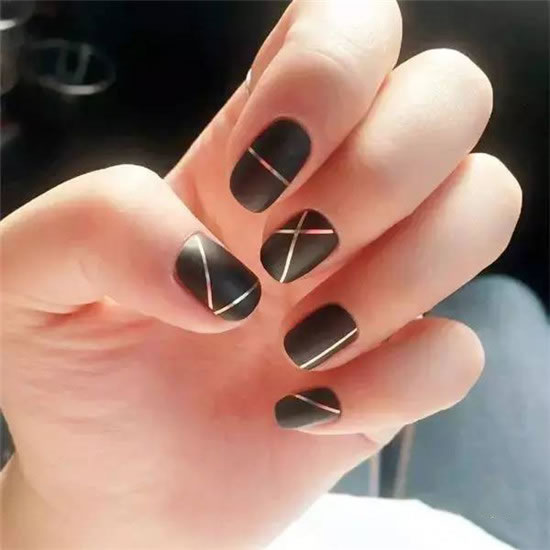 This manicure is a black matte face with silver stripes, very simple and stylish, is a European style, very suitable for people who are more trendy.