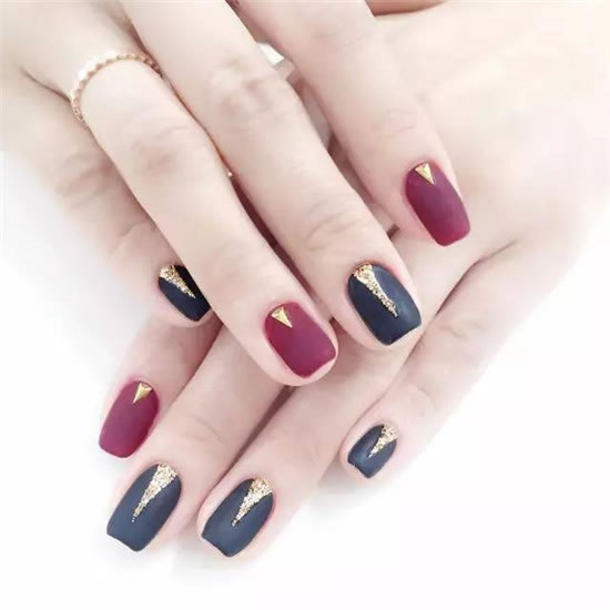 The black and red jump-colored matte manicures originally looked a bit monotonous, but with some golden triangular geometric patterns, they instantly became refined.