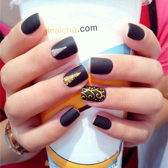 This manicure is finished with a black matte finish, with triangular geometric patterns and gold patterns. Even the black nails feel very suitable for summer, and some small metal jewelry will be very beautiful.
