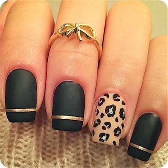 A matte manicure with a dark green color and a golden line, sub-minutes become exquisite, with a small pattern of the same color, simple and fun.