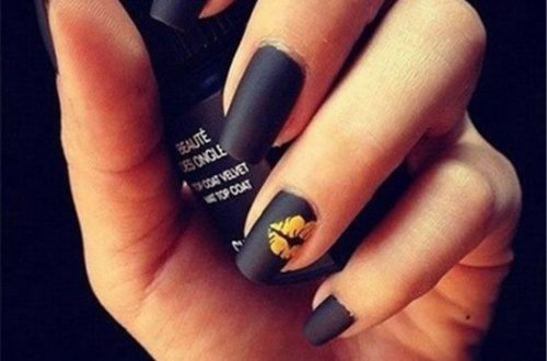 The black matte manicure is a very classic manicure style, plus a golden little hickey, a rock feel, whether it is a party or a nightclub, it will be a very attractive style.