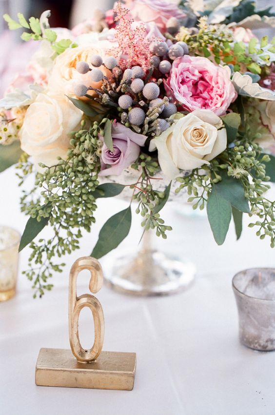 Are you looking for floral table centerpiece ideas to decorate your home? Here are 35 beautiful floral centerpiece for your inspiration. #tablecenterpiece #homedecoration #homedecor #centerpieces